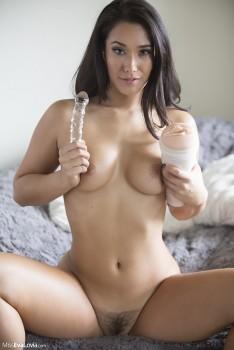 Chica linda de desnuda y tiene sexo duro -