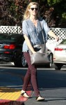 Amy Smart grocery shopping at Bristol Farms November  20-2015 x19
